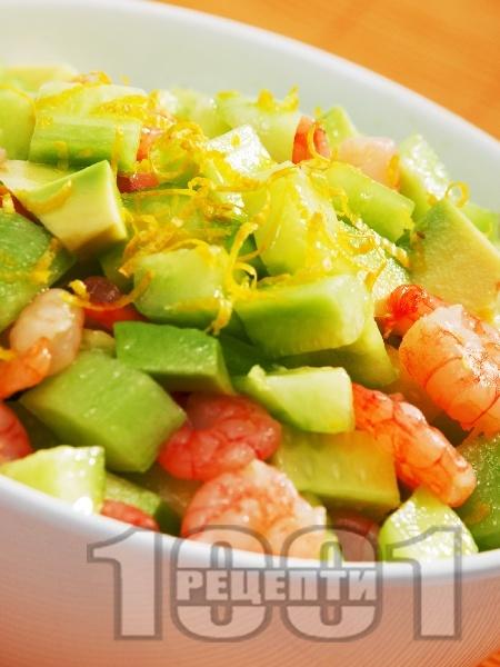Салата от краставици, скариди и авокадо - снимка на рецептата